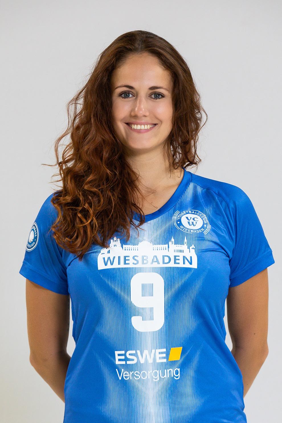 Profi-Volleyballerin Klara Vyklicka vom VC Wiesbaden trägt unsichtbare Hörgeräte von Schöner hören